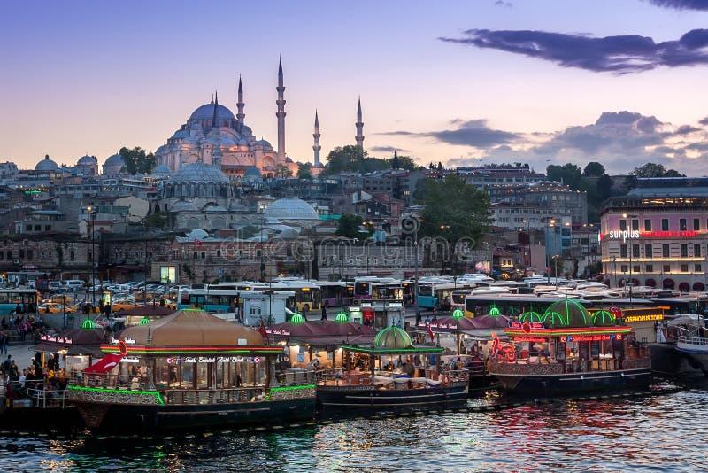 Vista su una moschea vicino al ponte di Galata, Costantinopoli, Turchia di tramonto immagini stock