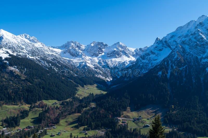 Vista su una valle alpina in primavera, Kleinwalsertal, Austria fotografia stock