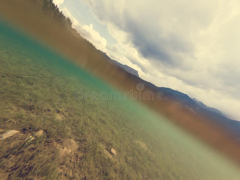 Vista subacquea del lago cristallino della foresta fotografie stock