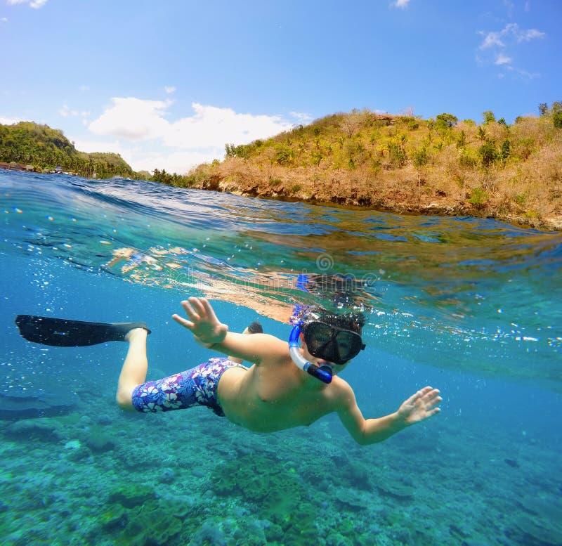 Vista subacquea e di superficie di spaccatura nei tropici fotografie stock libere da diritti