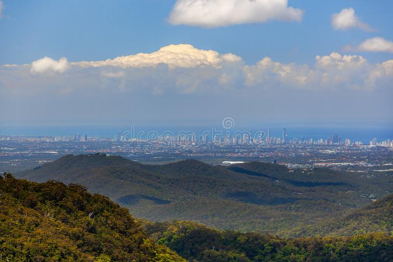 Vista subida de la ciudad de Gold Coast de la alta y del parque nacional de Springbrook imágenes de archivo libres de regalías