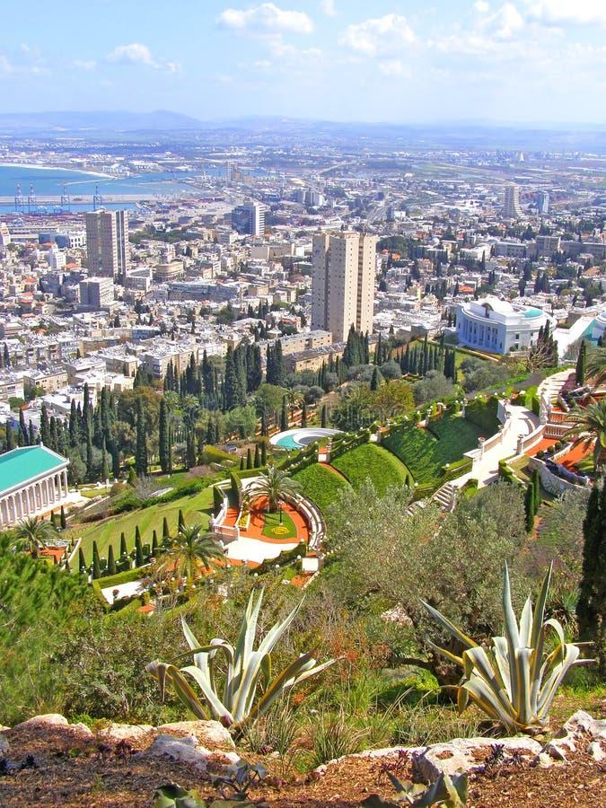 Vista sui giardini di Bahai e su Haifa, Israele immagini stock libere da diritti