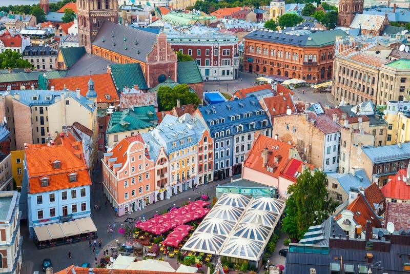 Vista sui tetti di vecchie case in vecchia città di Riga, Lettonia fotografia stock