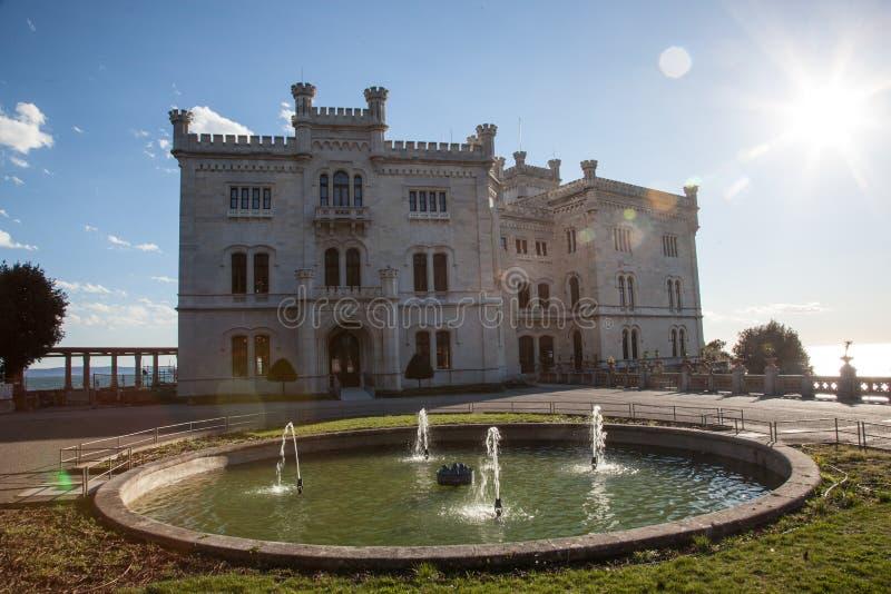 Vista sul castello di Miramare a Trieste fotografia stock libera da diritti