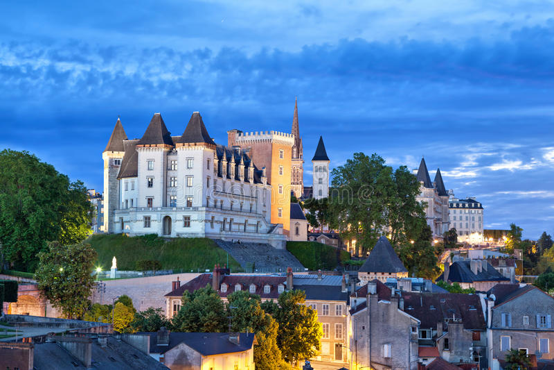 Vista sul castello di Pau nella sera immagini stock