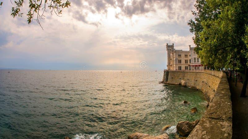 Vista sul Castello storico Miramare fotografia stock