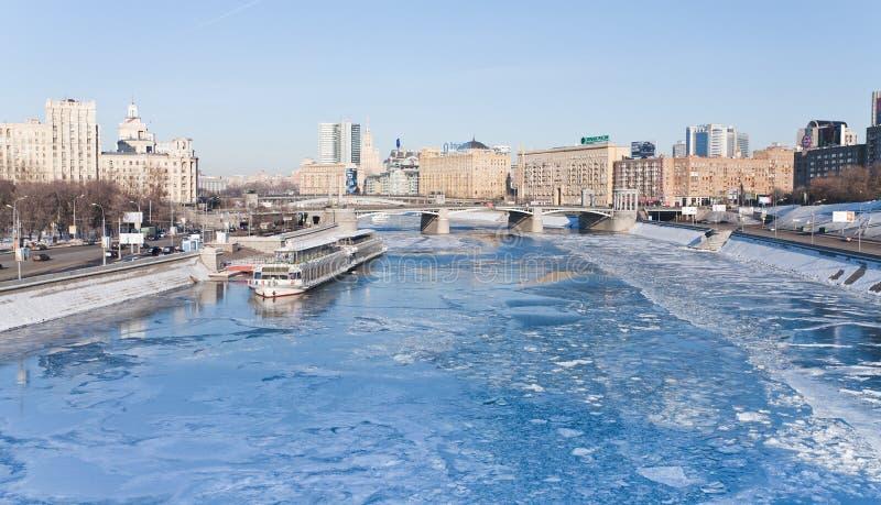 Vista sul fiume congelato di Mosca in giorno di inverno pieno di sole immagine stock