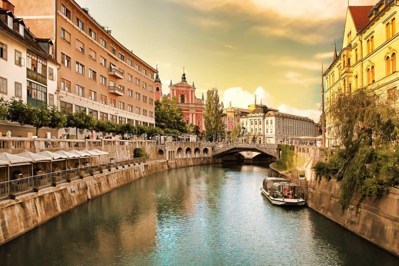 Vista sul fiume di Ljubljanica con vecchia costruzione nella citt? di Transferrina in Slovenia fotografia stock libera da diritti