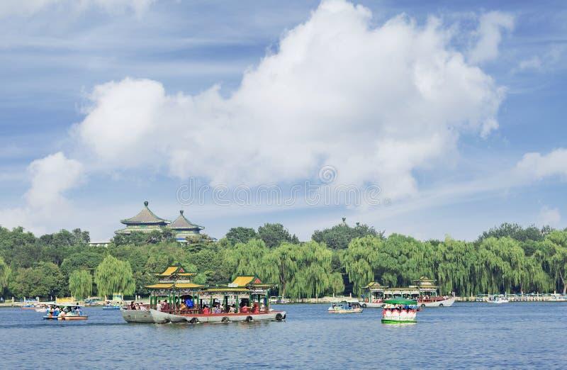 Vista sul lago beijing Beihai con cielo blu e le nuvole immagini stock