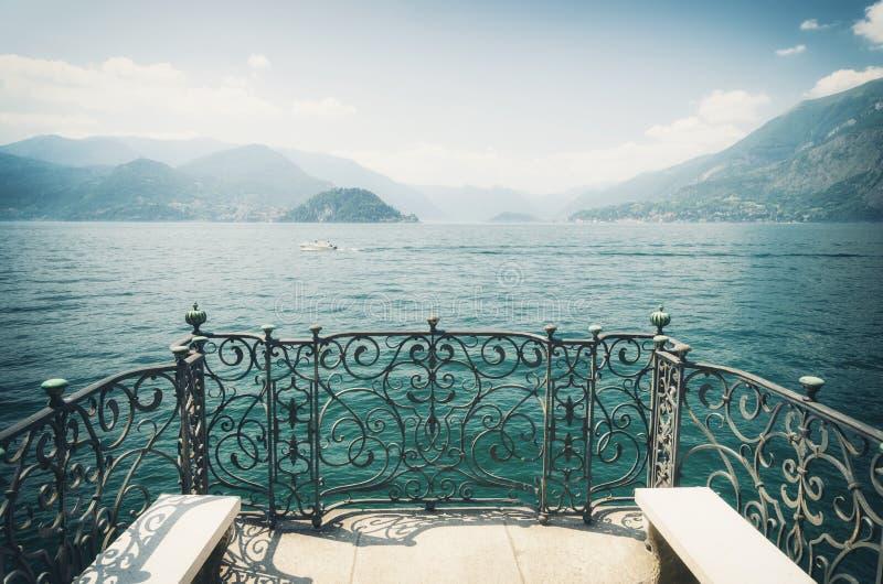 Vista sul lago Como in Italia del nord fotografie stock