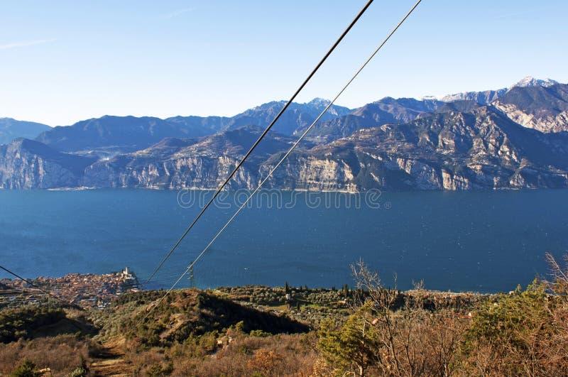 Vista sul lago dalla cabina di funivia. immagine stock libera da diritti