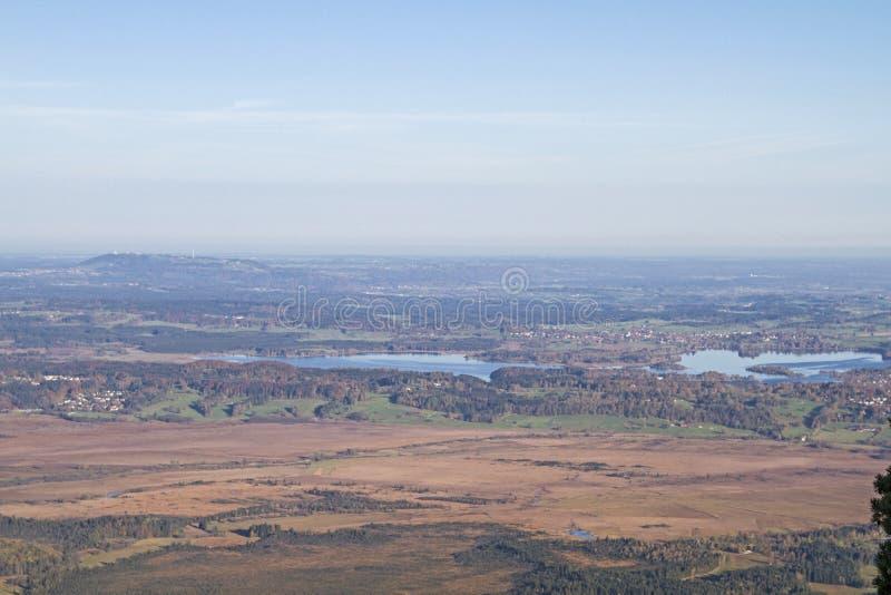 Vista sul lago Staffel e sulle colline pedemontana bavaresi delle alpi immagini stock libere da diritti