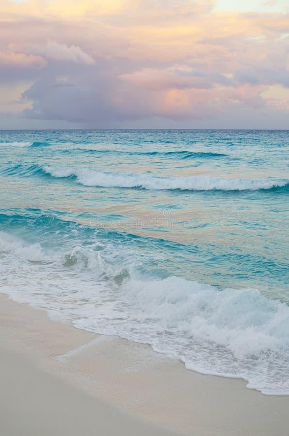 Vista sul mare al tramonto rosato - sfondo naturale immagini stock libere da diritti