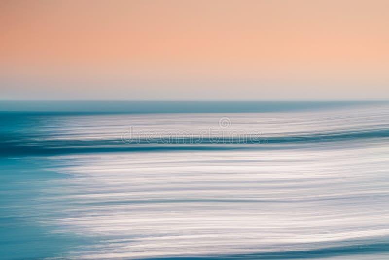Vista sul mare astratta nei colori blu e rosa, spazio della copia fotografie stock