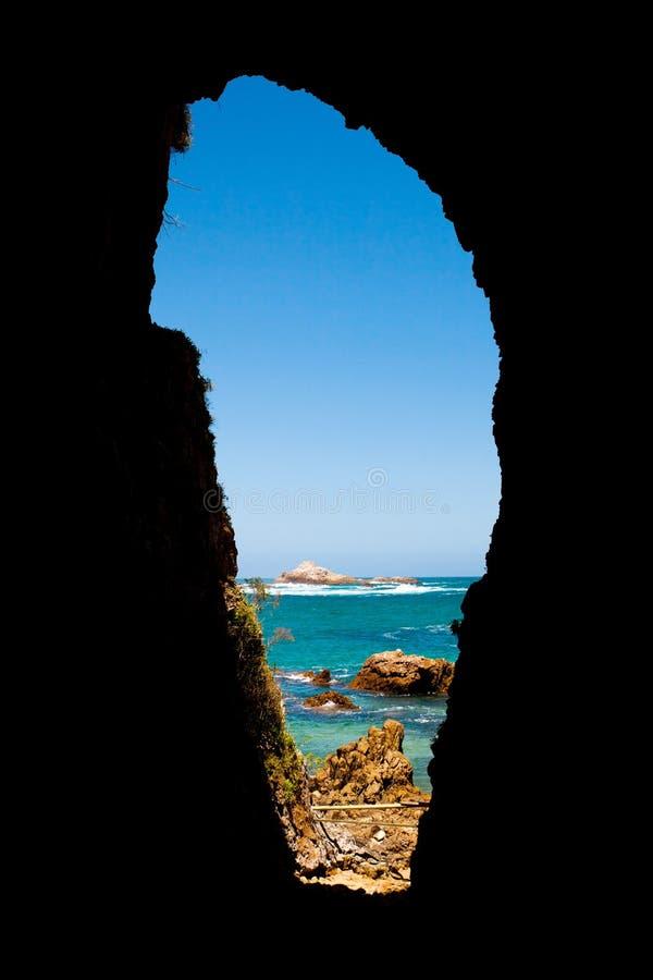 Vista sul mare attraverso la caverna immagine stock