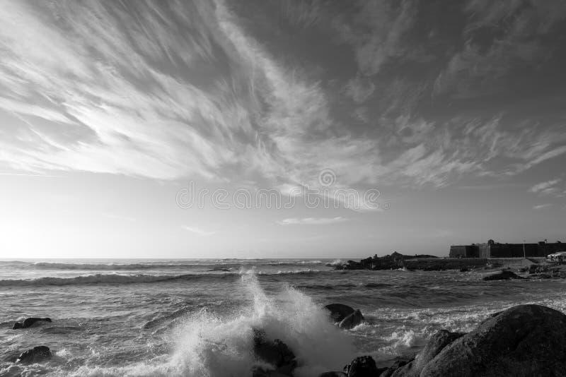 Vista sul mare in bianco e nero drammatica nel Portogallo fotografia stock