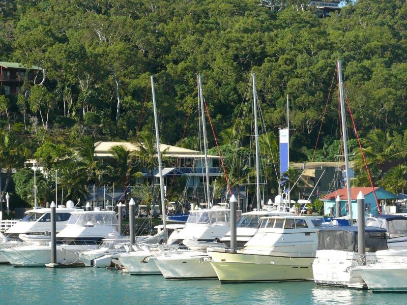 Vista sul mare con gli yacht di attracco nel porticciolo, il porticciolo con le case, negli alberi vaghi del fondo, Pentecoste fotografia stock