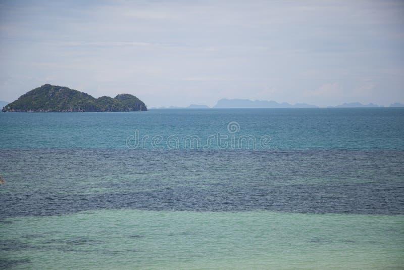 vista sul mare con la bella isola verde fotografie stock