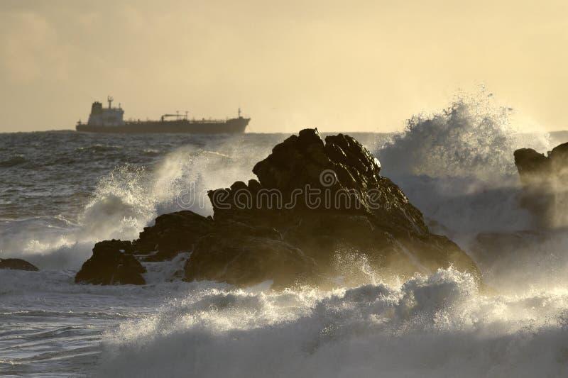 Vista sul mare con la bella luce della tempesta immagini stock