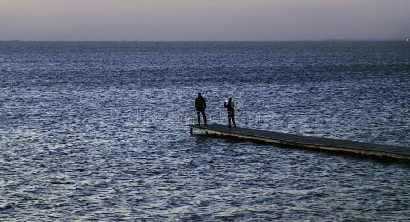 Vista sul mare con la gente fotografia stock libera da diritti