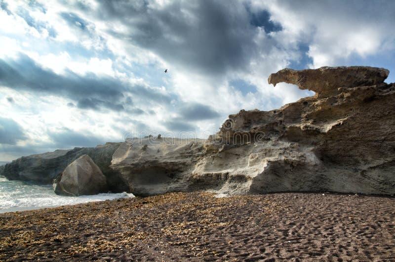 Vista sul mare con la scogliera fotografia stock libera da diritti