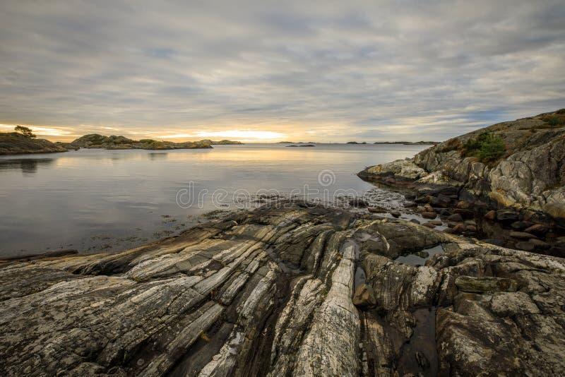 Vista sul mare con le rocce, il mare e le nuvole Grimstad in Norvegia immagini stock