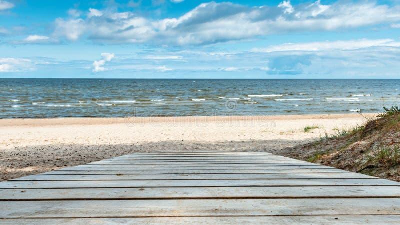 Vista sul mare costiera con il passaggio pedonale di legno immagine stock libera da diritti