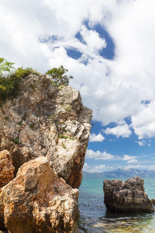 Vista sul mare del mare adriatico Rocce nella priorità alta immagine stock
