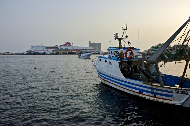 Vista sul mare del porto di Cagliari con i pescherecci immagini stock