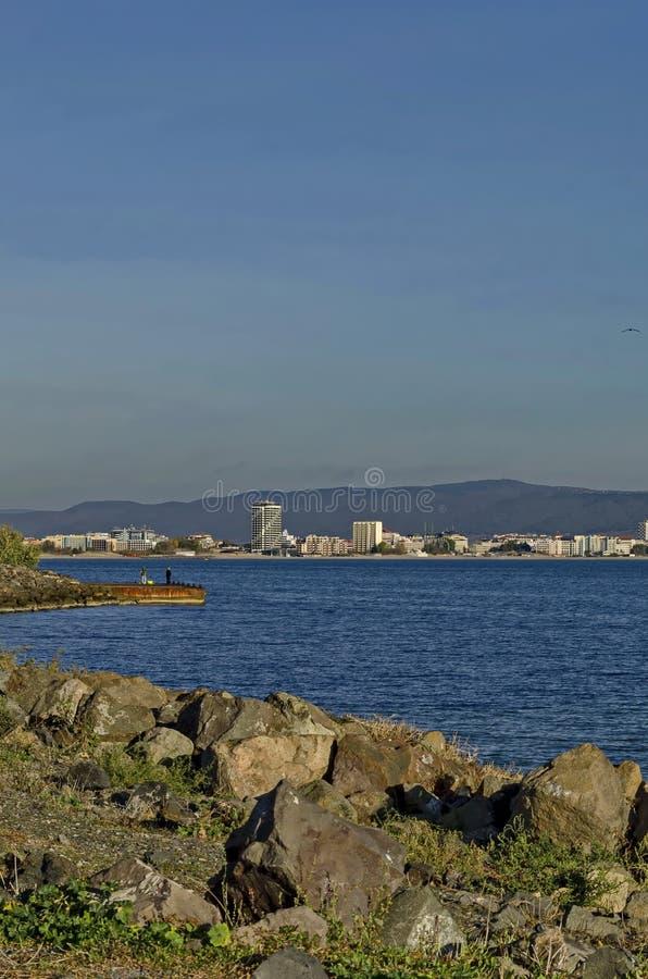 Vista sul mare della località di soggiorno della riva sul Mar Nero vicino dalla città Nessebar, Sunny Beach, Sveti Vlas, Elenite  fotografia stock libera da diritti