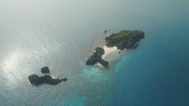 Vista sul mare delle isole di Caramoan, Camarines Sur, Filippine fotografia stock libera da diritti
