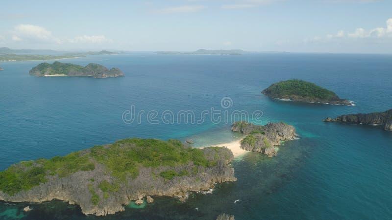 Vista sul mare delle isole di Caramoan, Camarines Sur, Filippine immagini stock