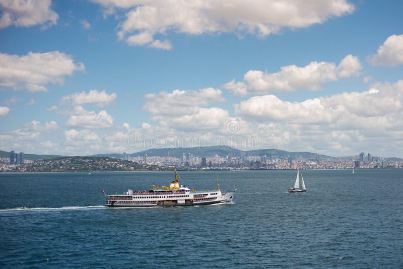 Vista sul mare di Costantinopoli con il traghetto e la barca fotografie stock