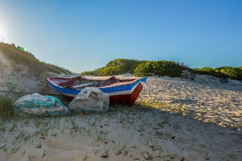 Vista sul mare di Maputo sotto cielo blu ed Oceano Indiano nel Mozambico immagini stock libere da diritti