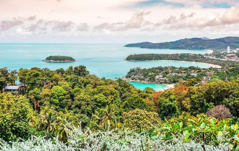 Vista sul mare e paesaggio urbano sulla montagna e sul mare blu immagine stock libera da diritti