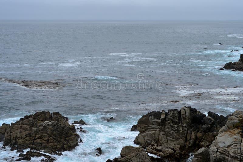 Vista sul mare lungo l'azionamento da 17 miglia nel giorno nuvoloso california fotografia stock libera da diritti
