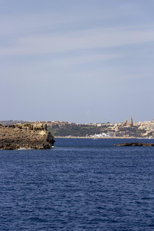 Vista sul mare maltese Mediterranea con la vista al porto nella distanza, Gozo, Malta di Mgarr immagini stock libere da diritti
