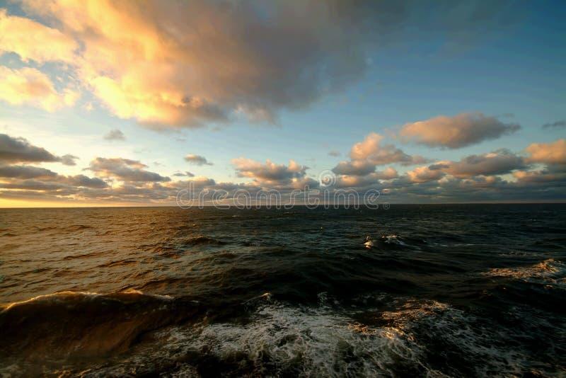 Vista sul mare, nubi lanuginose immagini stock libere da diritti