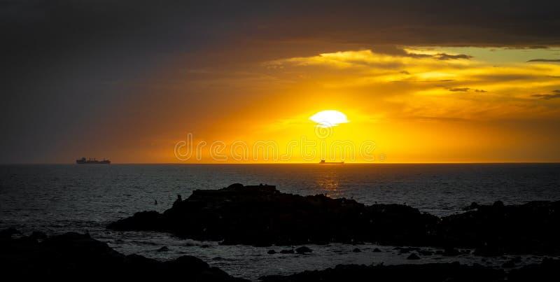 Vista sul mare scenica al tramonto fotografia stock