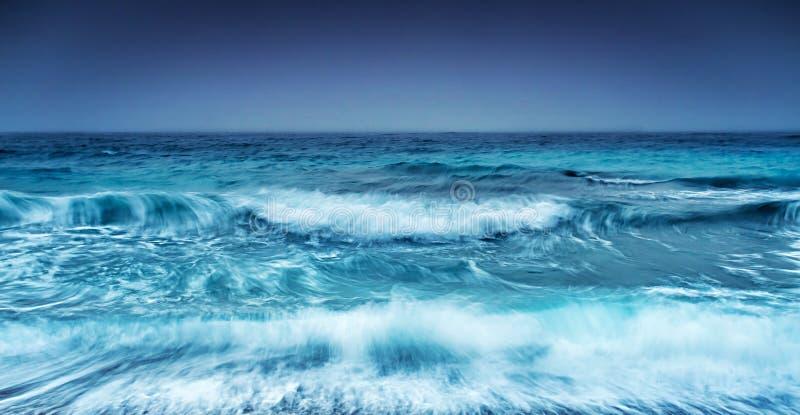 Vista sul mare tempestosa drammatica immagine stock libera da diritti