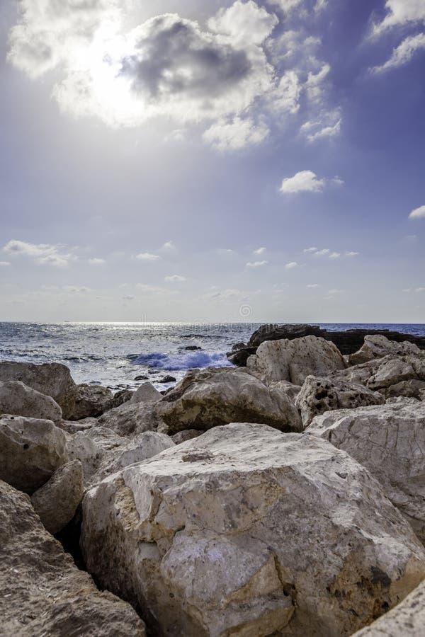 Vista sul mare verticale con le rocce fotografia stock