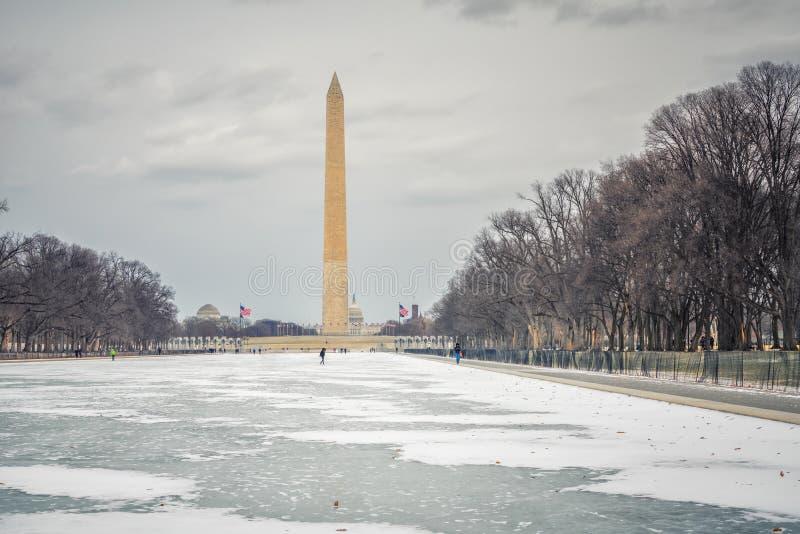 Vista sul monumento di Washington all'inverno fotografie stock