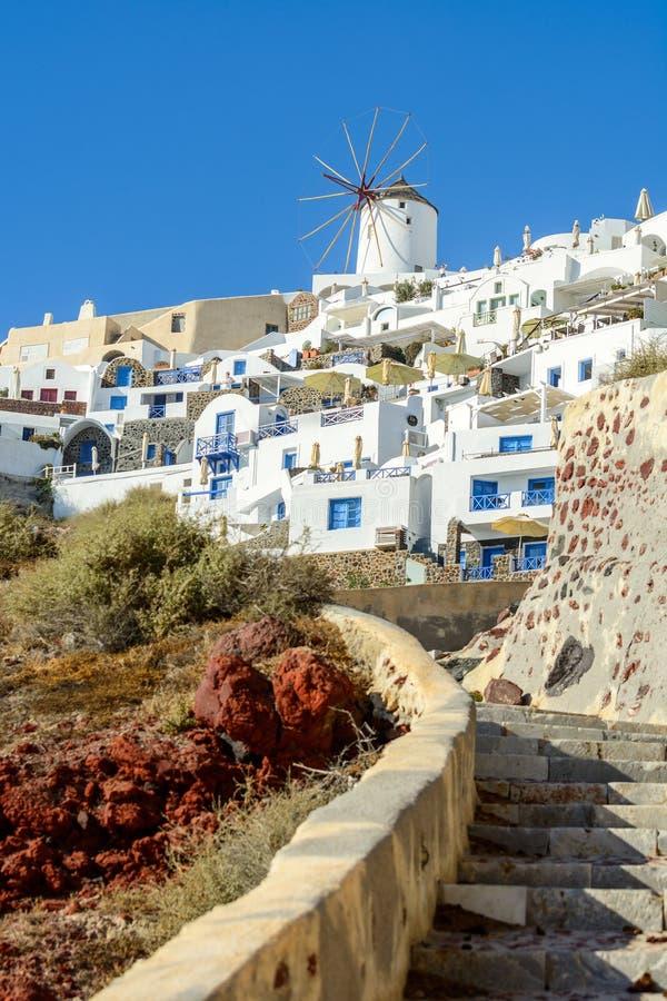 Vista sul mulino a vento bianco ed architettura tradizionale della città di OIA all'isola di Santorini immagini stock libere da diritti