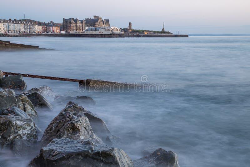 Vista sul pilastro e sul mare con le pietre a Aberystwyth a colori immagini stock libere da diritti