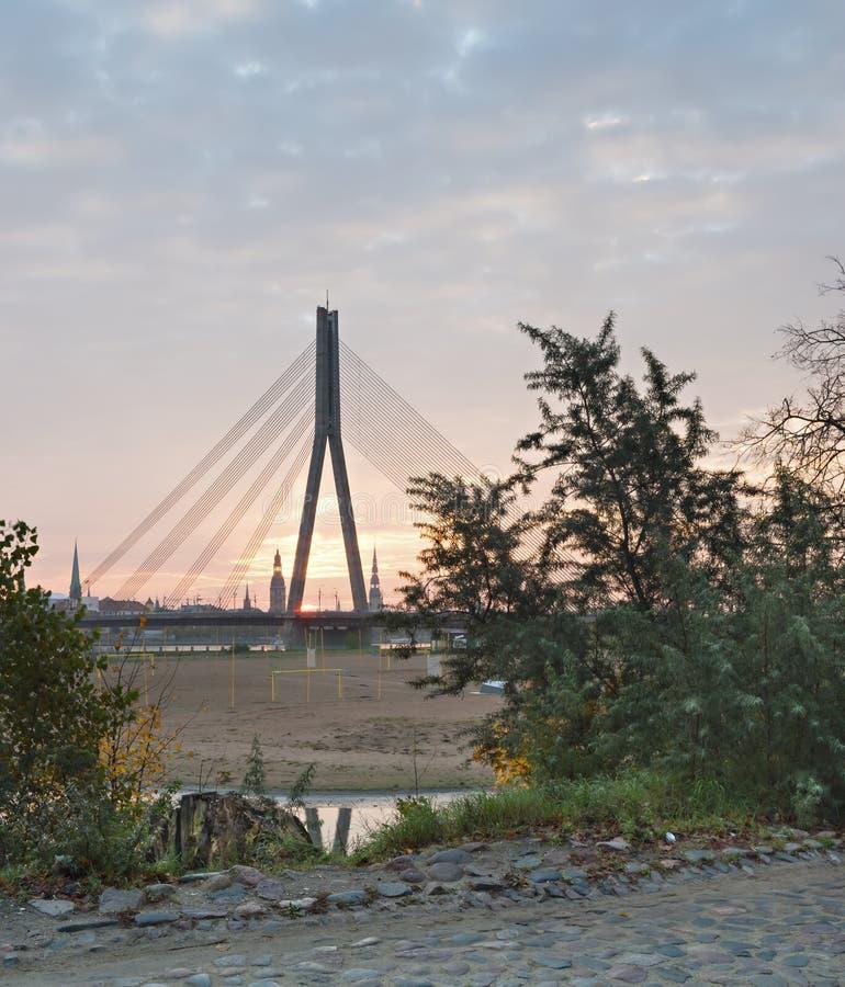 Vista sul ponte centrale e sulla vecchia città di Riga, Lettonia immagini stock libere da diritti