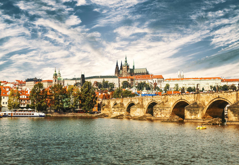 Vista sul ponte di Charles, di Praga e sul fiume della Moldava fotografia stock