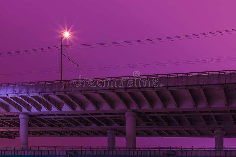 Vista sul ponte di Luzhniki anche conosciuto come Metromost vicino al ponte di Luzhniki ed alle colline del passero a Mosca Russi immagine stock