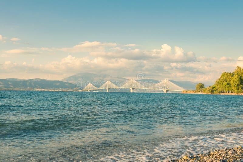 Vista sul ponte di Rion-Antirion vicino a Patrasso, Grecia fotografia stock libera da diritti