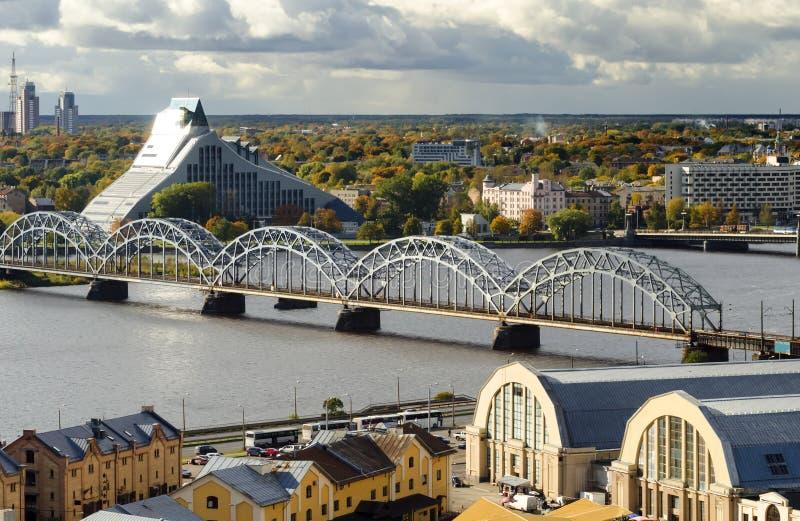 Vista sul ponticello del treno a Riga, Latvia immagini stock