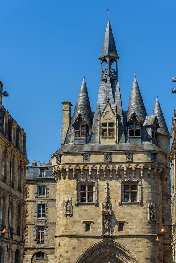 Vista sul Porte Cailhau, Bordeaux, Francia Copi lo spazio per testo verticale fotografie stock